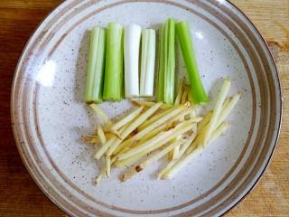 香煎多春鱼,葱切段,姜切丝备用。