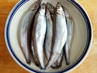 香煎多春鱼,多春鱼洗净,去腮的时候,轻轻拉出肠子,不要破肚。