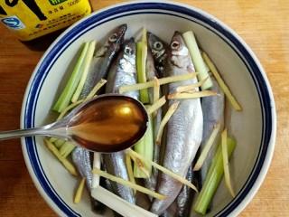 香煎多春鱼,将洗净的多春鱼码入容器中,放葱段,姜丝,一丢丢盐和一勺料酒腌10分钟。