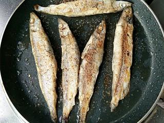 香煎多春鱼,待多春鱼煎至两面金黄时撒适量椒盐,再翻面煎一下即可。