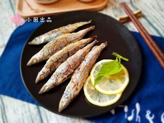 香煎多春鱼,装盘。