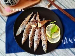 香煎多春鱼,成品。快享受鱼籽在你齿间爆裂的快感吧!