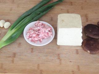 香菇豆腐煲,1.首先备料:香菇、豆腐(北豆腐)、肉末、葱、姜、蒜