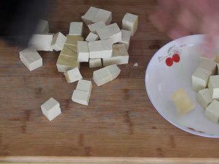 香菇豆腐煲,先把豆腐清洗干净后切成小块备用