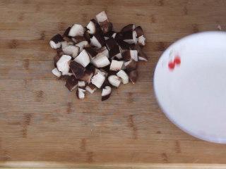 香菇豆腐煲,香菇清洗干净后切丁备用