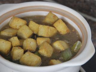 香菇豆腐煲,烧开后倒入砂锅中,把豆腐也倒入锅中,盖上锅盖,烧开后转中火炖5分钟左右即可。