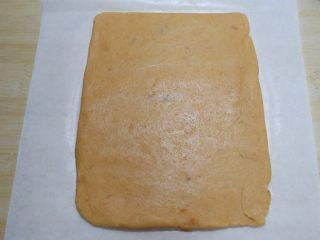 红薯芝麻脆饼,表面再盖一张油纸防粘,擀成厚3mm的长方形面片