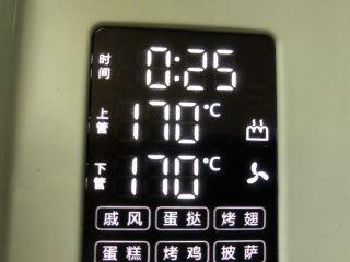 红薯芝麻脆饼,排入烤盘,预热好的烤箱,170度25分钟
