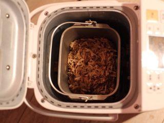 秘制肉松,将调味好的猪肉块放入面包机,按果酱功能键,俩小时肉松即成,制作过程中用锅铲隔段时间翻下肉丝,让肉丝炒至颜色均匀。