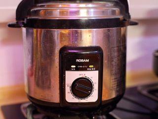 秘制肉松,高压锅压30分钟左右,若想后期易打散肉块,多压10分钟。