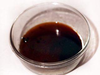 秘制肉松,准备调料,将4克盐、23克色拉油、40克木糖醇、2克老抽、15克生抽加适量五香粉混合均匀备用,没有木糖醇的可用白糖等量替换,喜欢肉松颜色深点老抽可多加1克,只可多加1克,否则颜色太深。
