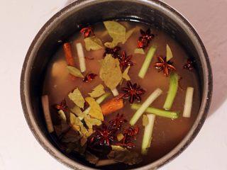 秘制肉松,将腌制好的猪肉块连同腌料倒入高压锅中,加入香叶、八角、桂皮,最后加入水没猪肉一小指高。