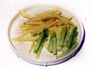秘制肉松,将姜切丝,香葱切段。