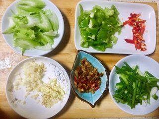 #年味#~团圆泡椒鸭胗,所有配菜洗净后,西芹切斜刀,红椒切丝,青椒切小块状,老姜大蒜切末,香葱切小节