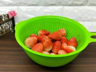 百变水果+宝宝餐-零添加草莓罐头,依次去蒂的草莓,再用清水冲洗。