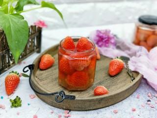 百变水果+宝宝餐-零添加草莓罐头,装入消毒的玻璃器具中。放入冰箱冷藏后口感更加。