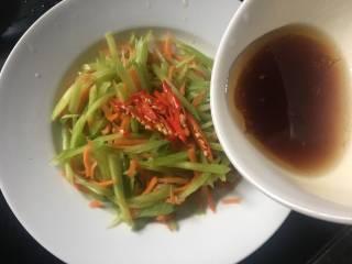 炝拌莴笋胡萝卜丝,浇上料汁;