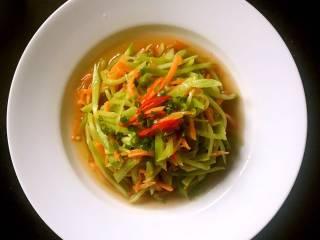 炝拌莴笋胡萝卜丝,撒上少许葱花,拌匀即可。