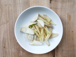 一菜二吃-豉椒芹菜炒腊肉,姜切丝,蒜切片。