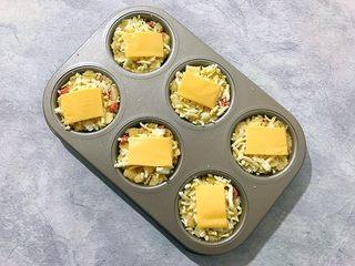创意料理の马苏里拉奶酪芝士馒丁水果挞,再将芝士片均分为六份,铺上去