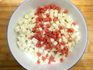 创意料理の马苏里拉奶酪芝士馒丁水果挞,火腿肠也切的差不多大小,一起放入
