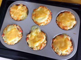 创意料理の马苏里拉奶酪芝士馒丁水果挞,时间到了之后取出,稍微晾凉一下