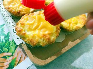 创意料理の马苏里拉奶酪芝士馒丁水果挞,在表面挤上少许沙拉酱