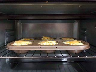 创意料理の马苏里拉奶酪芝士馒丁水果挞,放入烤箱,中层,180°,20分钟
