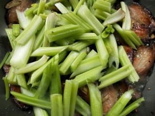 一菜二吃-豉椒芹菜炒腊肉,炒至腊肉九成熟时,倒入芹菜翻炒。