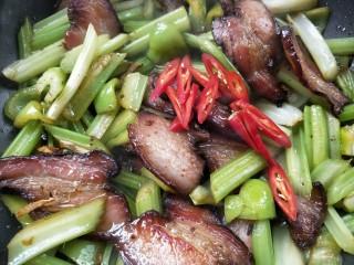 一菜二吃-豉椒芹菜炒腊肉,放红椒,断生即可。