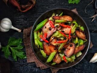 一菜二吃-豉椒芹菜炒腊肉,慢屋都是腊肉香,有没有诱惑到你呢?