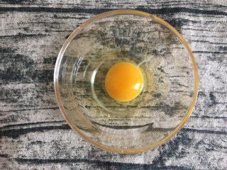 鸡蛋煎杂粮馒头,敲入碗中