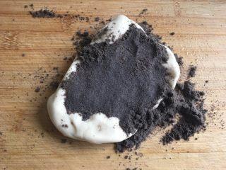 鸡蛋煎杂粮馒头,加入适量的黑芝麻粉(黑芝麻、核桃、黑豆、红枣等磨成的粉)