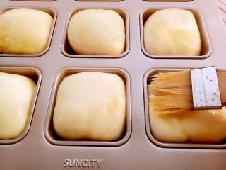 椰蓉小餐包,烤箱180度预热(10分钟),表面刷一层蛋液。