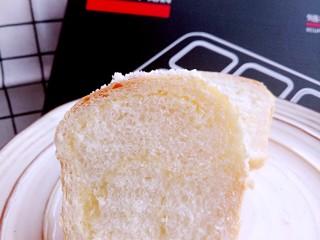 椰蓉小餐包,切开看看。