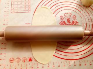 椰蓉小餐包,取一份面团,用阳晨金色不粘擀面杖擀成牛舌形。