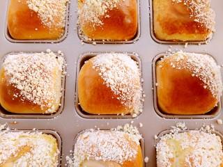 椰蓉小餐包,放入已经预热好的烤箱里180度中下层烤18分钟,出炉。