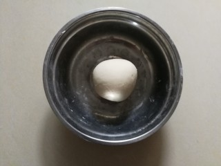 生煎小笼包,用手和成一个纯滑的面团,多揉一会,让面团出筋