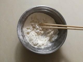 生煎小笼包,搅拌一下,使面粉沾上酵母水