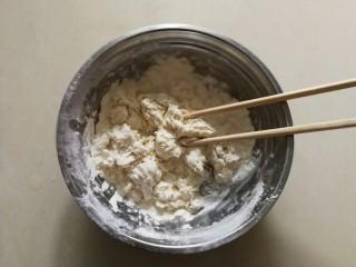 生煎小笼包,然后加入清水,用筷子搅拌成棉絮状