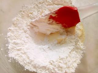 冰淇淋脆脆杯,筛入低筋面粉,用刮刀切拌均匀。