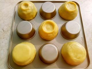 冰淇淋脆脆杯,面团平均分成5份。把每份面团均匀的粘在阳晨九连麦芬蛋糕模具的背面,不用抹油一点也不粘。杯底可以根据个人的喜好捏成各种形状。