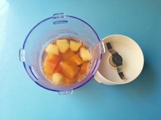 #改善便秘食谱#苹果红薯羹,煮熟的苹果和红薯连同汤水一同倒入辅食机