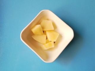 #改善便秘食谱#苹果红薯羹,苹果切成小块