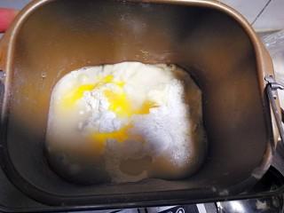 自制健康又美味的油条,酵母用温水化开,除了油以外的所有材料放入盆中揉成团。