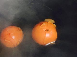美味番茄龙利鱼(快手菜),锅内烧开水之后把番茄放进去烫一下~这样就好剥皮啦~