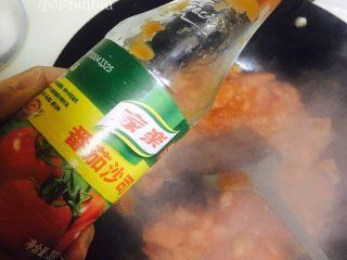 美味番茄龙利鱼(快手菜),炒至番茄出汁之后加入适量番茄酱~翻炒均匀~