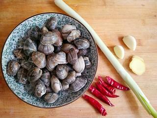 酒蒸蛤蜊――快手复刻美味,准备食材。