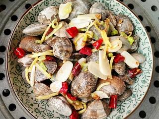 酒蒸蛤蜊――快手复刻美味,上锅隔水大火煮开锅后,再蒸5分钟即可。