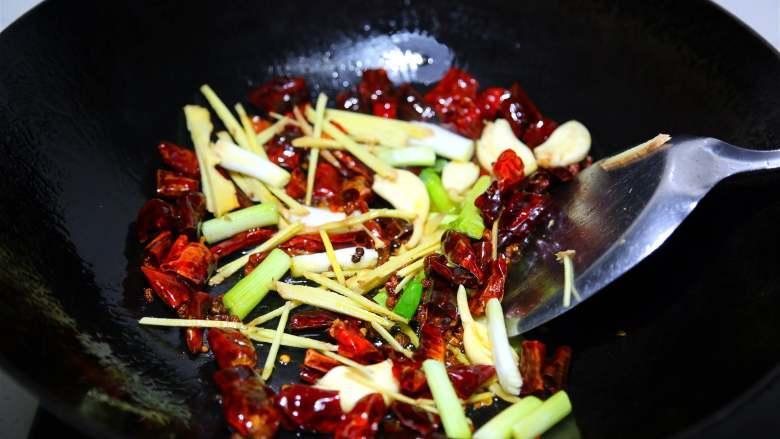 麻辣鲜香小鱿鱼,再下葱姜蒜炒出香味。